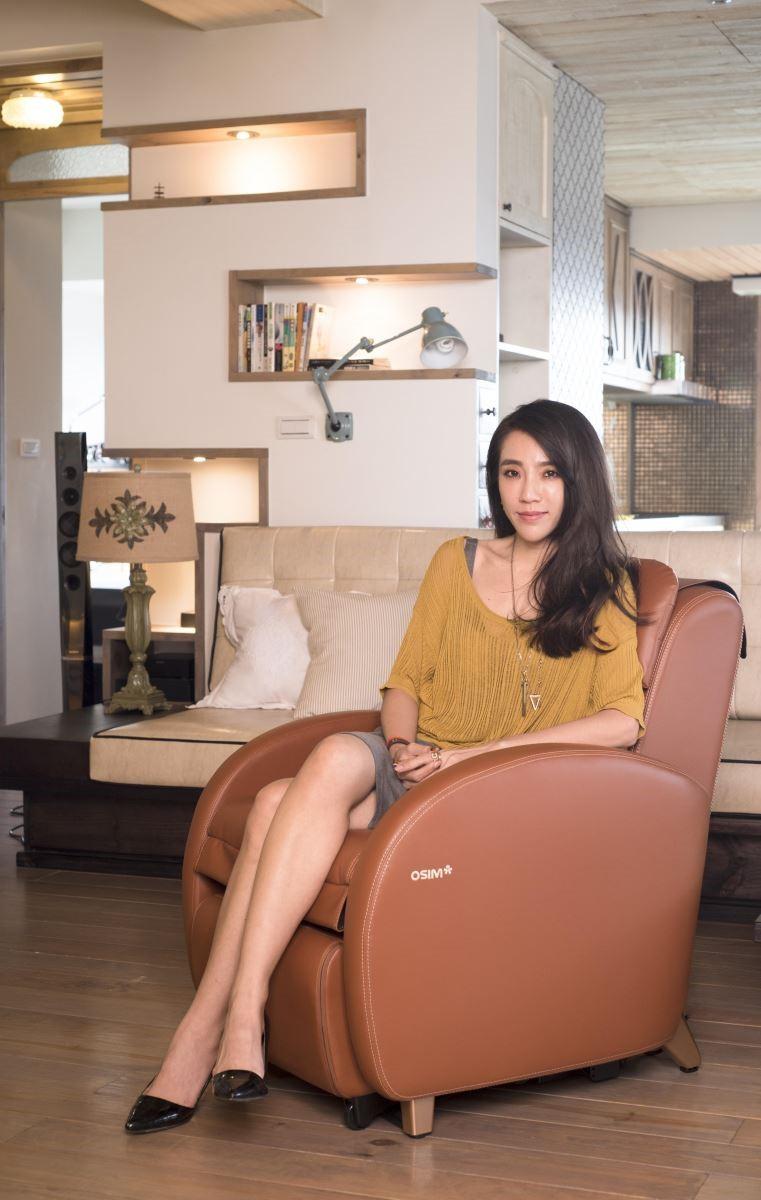 「OSIM 小天后復刻版」沙發按摩椅具有焦糖、摩卡兩種經典配色,不論放在任何風格空間,都非常好搭配;小天后復刻版的小巧設計,想按摩的時候只需按一鍵即可變換為全身按摩椅。(圖為焦糖色)
