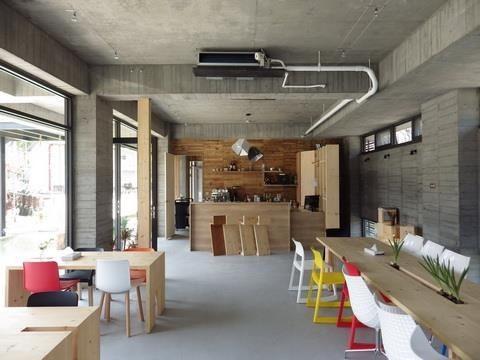 吧檯的木牆其實是這種建築的「母親」,設計師靈機一動留下這面模板未拆除,為空間畫龍點睛。