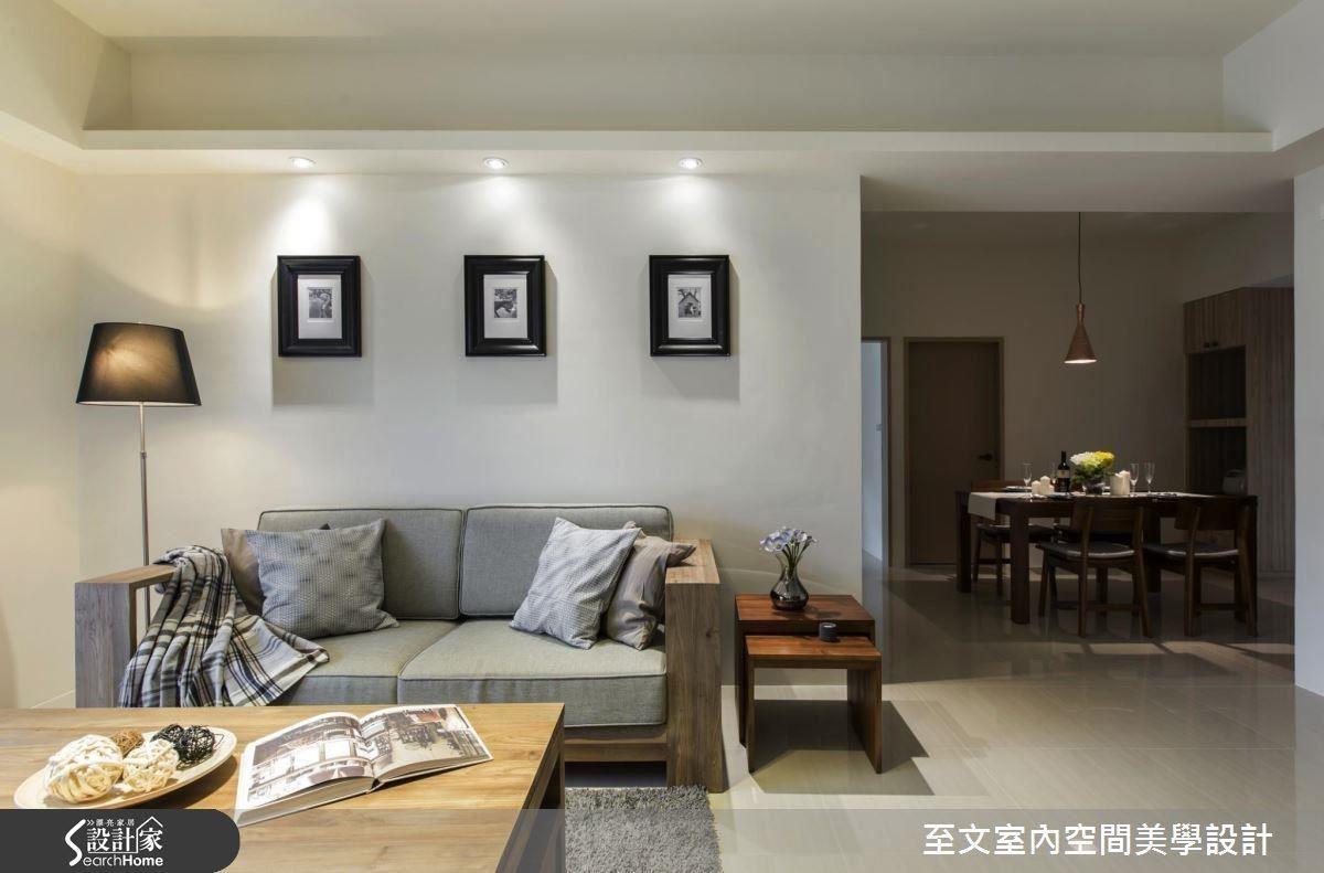 時常前往大城市出差的屋主,在看盡奢華富麗的裝飾風格後,希望自己的居家設計能化繁為簡,呈現素雅簡潔的放鬆氛圍。因此設計師選用米白色系作為空間主調,並以沉穩的灰色沙發,搭配屋主喜愛的柚木材質,呈現居家的放鬆寧靜之感。