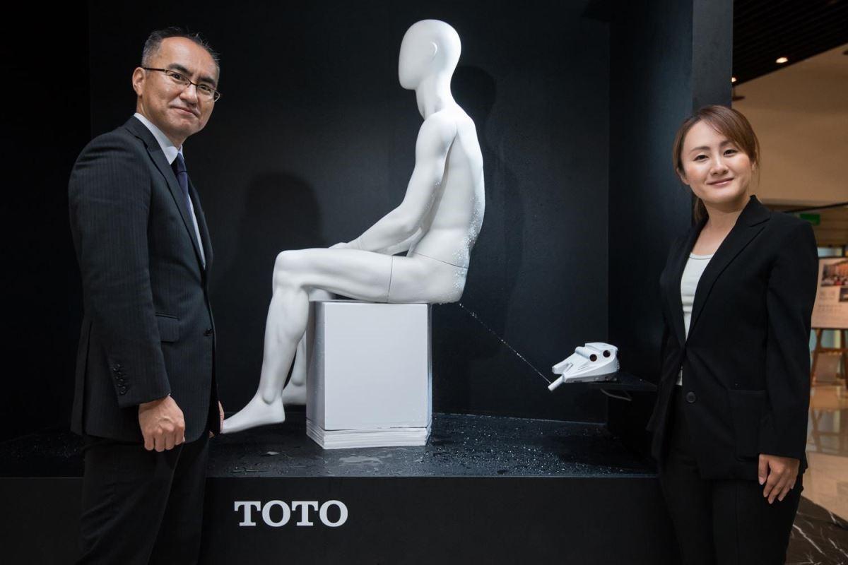 本次記者會特別邀請 TOTO 總公司日本技術開發部主任技師福田達也先生及山田奈苗小姐來台,介紹 TOTO 領先業界的專利科技與產品演進歷程。