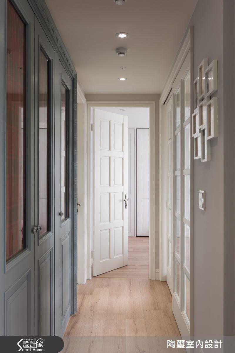 除了格局重整,更以格狀玻璃門片為原本狹長、陰暗的廊道引光,讓公、私領域的串連更加協調。