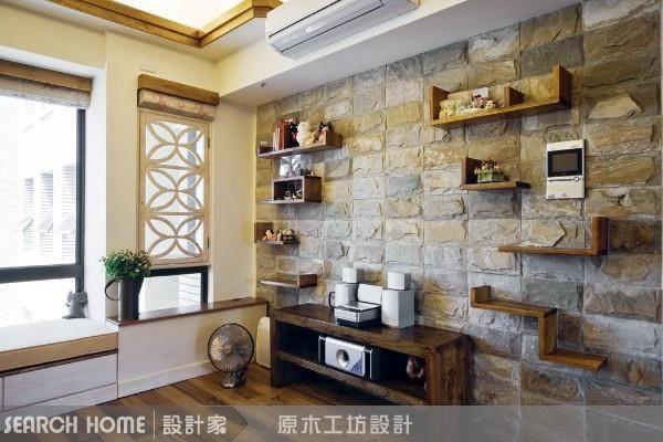 粗獷感石材推疊成的電視牆,用活潑線條的層板做展示,以簡潔活潑平衡石材的踏實穩重,視覺又保有石材紋路的全貌。
