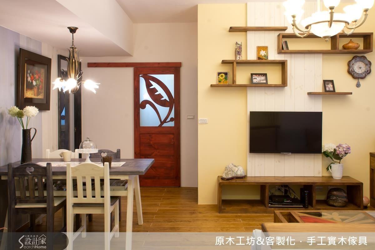 居住人口少,收納機能已有妥當配置,因此電視牆不做雜物收納,僅以不規則開闔的線條層板做展示空間,增添豐富感。