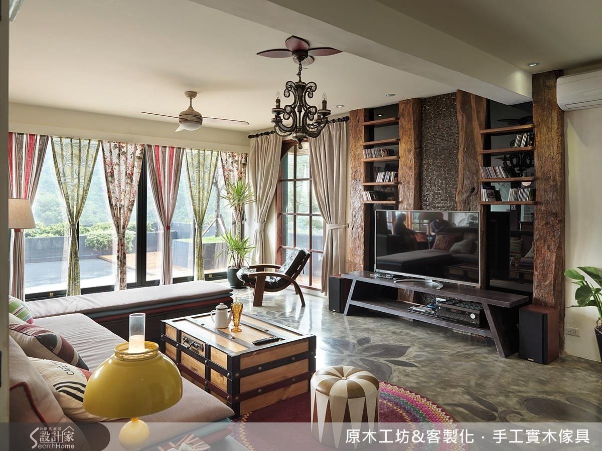 粗獷的大型木條做為電視牆的主軸,以黑鏡做背、如石材般的馬賽克磚,呈現混搭現代的設計感。
