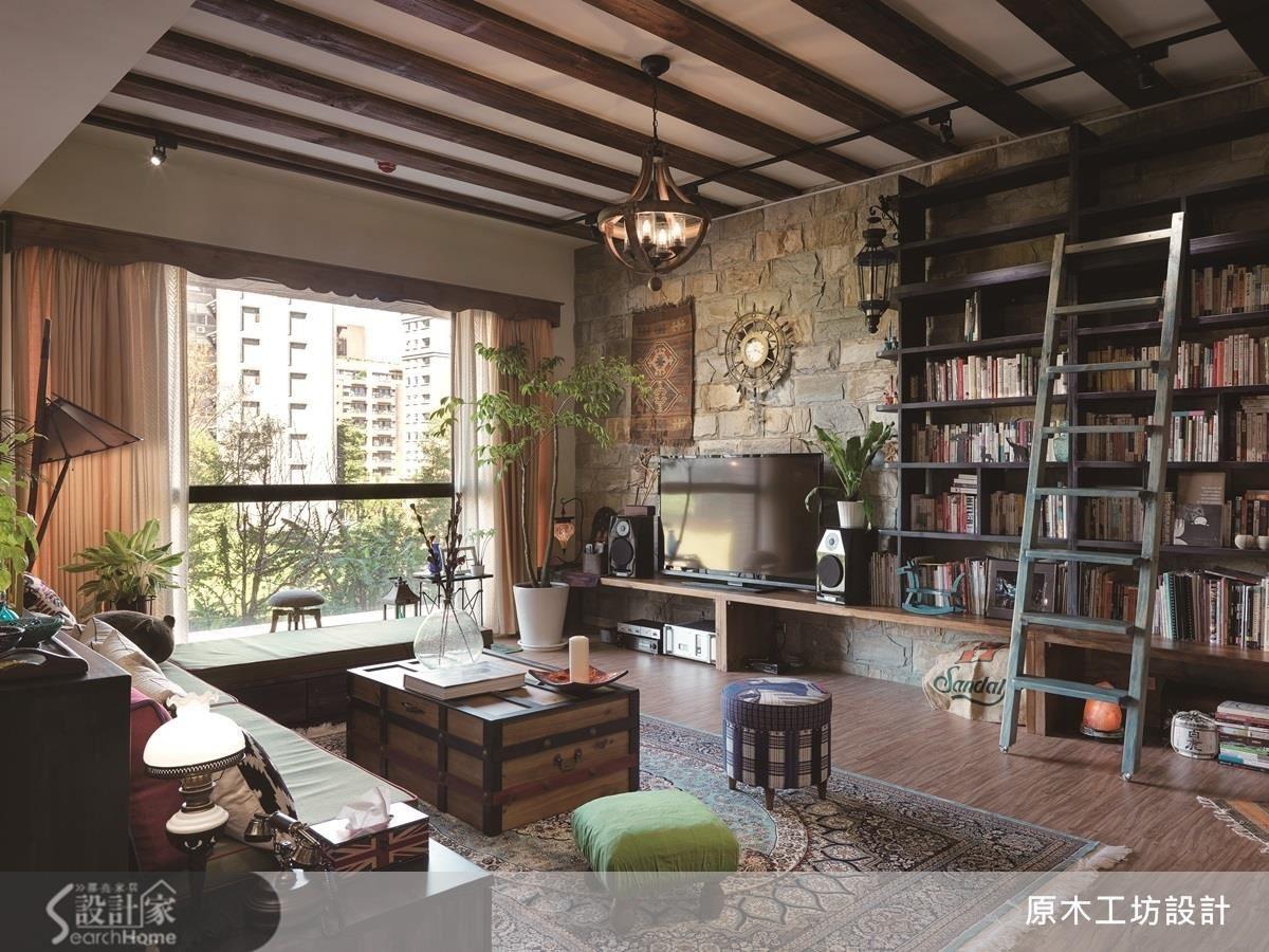 屋主藏書甚豐,電視牆以整面天然石材結合書櫃牆,天然的石材、粗獷的實木與書香味相互調和,反映屋主的喜好與風格。