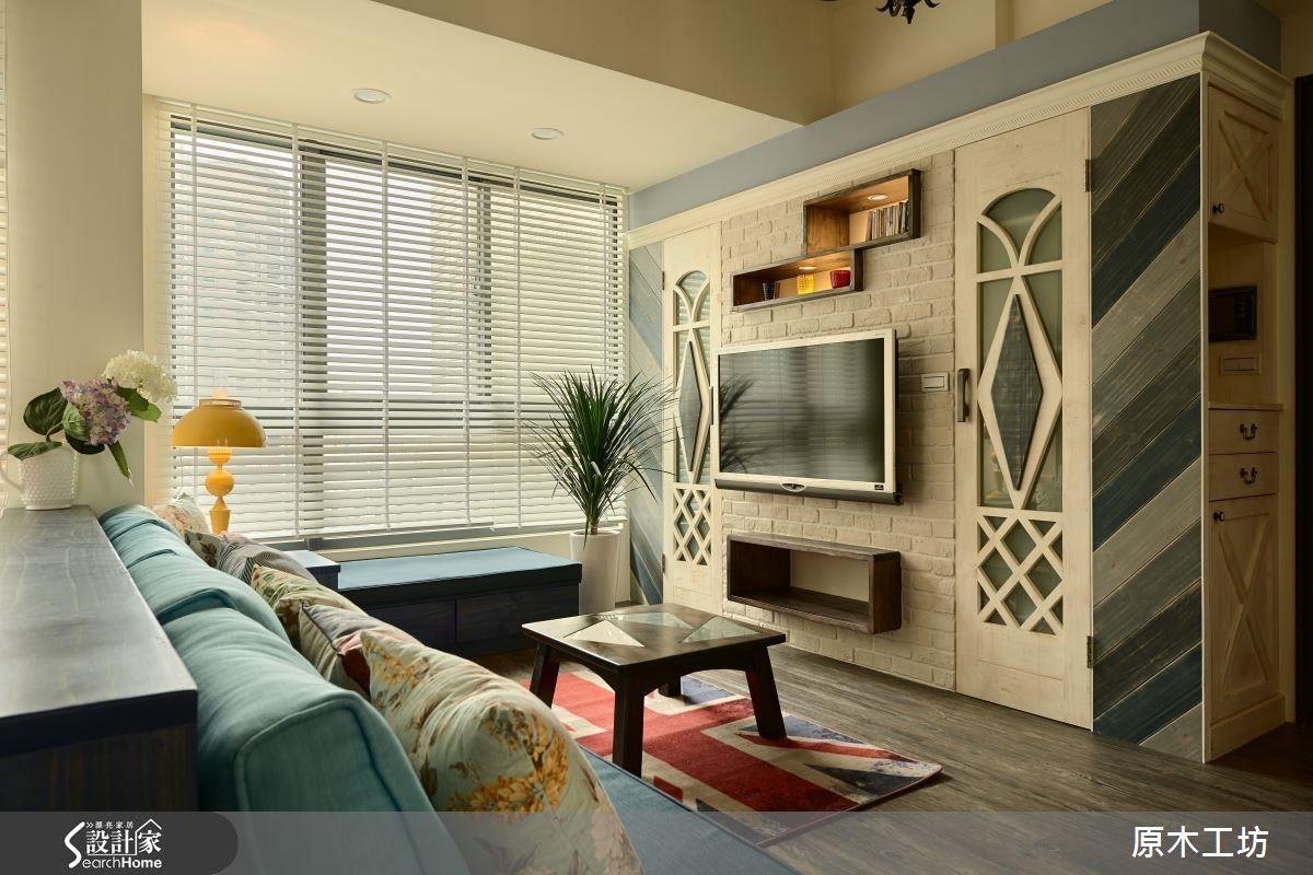 電視牆後面整個是大型收納間,視覺上整齊乾淨,如畫般的造型門片設計,單一空間卻創造電視牆、玄關櫃、鞋櫃、大型儲藏室等多重功能。