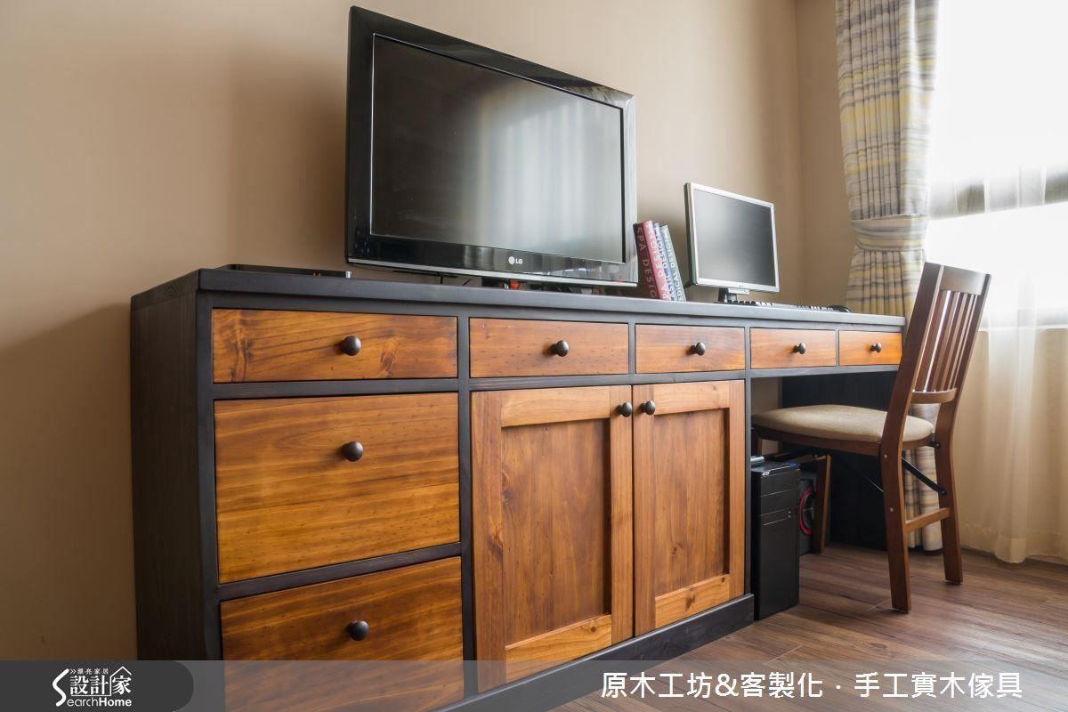 臥房內因空間有限又有工作需求,因此設計師將電視櫃與書桌結合,一櫃兩用,貼心設計。