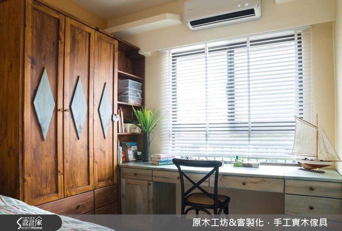 兒童房的衣櫃與書櫃結合,設計巧妙之處,L 型轉角處,以二十公分的深度作為開放式書櫃,背後四十公分的空間與六十公分的衣櫃互通,有效利用雜物收納空間。