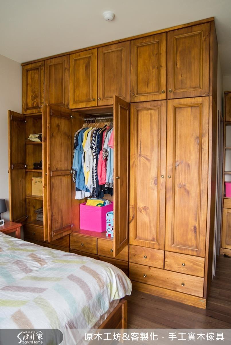 按照屋主棉被、衣服的收納習慣,將衣櫃做到頂天處,採彈性機能的設計,衣櫃六片門,分成上、中、下三櫃 ; 左、中、右三櫃,共六櫃組成,組裝時安全穩定,要做調整時可拆裝重新組裝利用。
