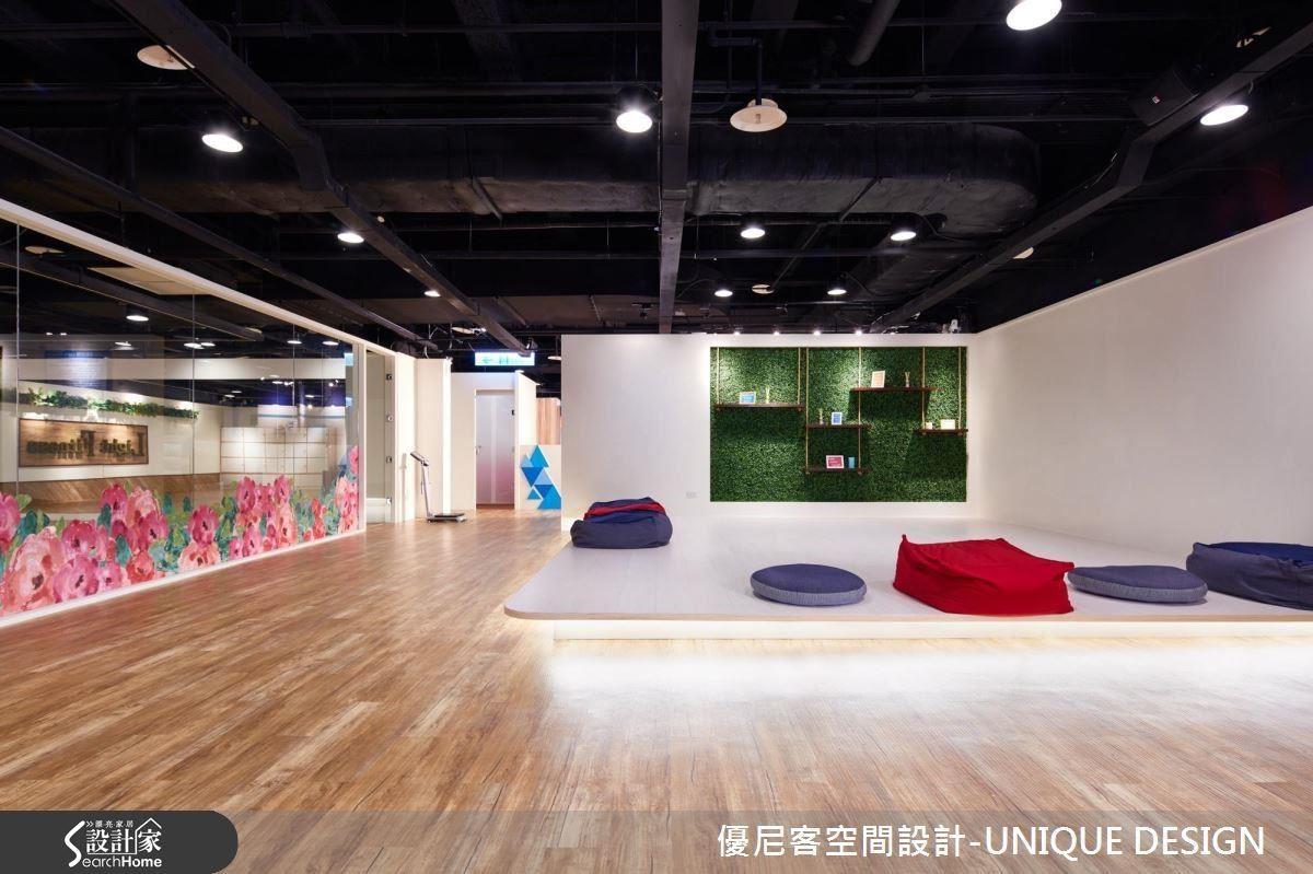 以架高地坪與邊緣燈光作為空間界定的瑜伽區。