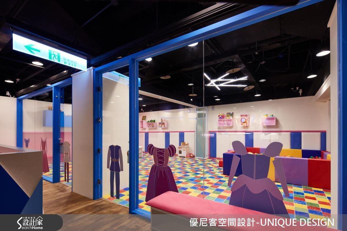 以藍色框架與大面玻璃圍塑的兒童遊戲區,繽紛的色彩搭配童話圖案活力十足。