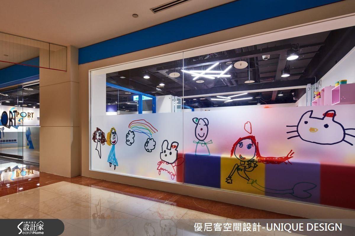 以業主小女兒的可愛塗鴉畫,作為兒童遊戲區玻璃牆的裝置藝術,令人會心一笑。