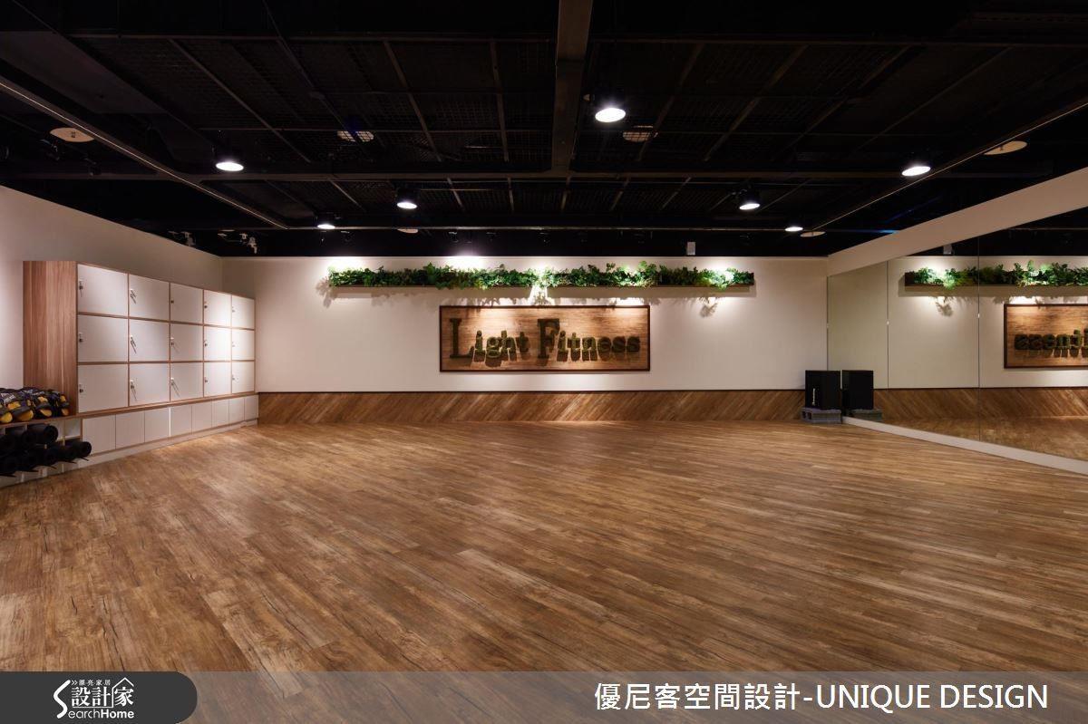 韻律教室內滿鋪木紋地板,並以斜拼方式延展到局部牆面,結合右側一整排鏡子讓空間更開闊。