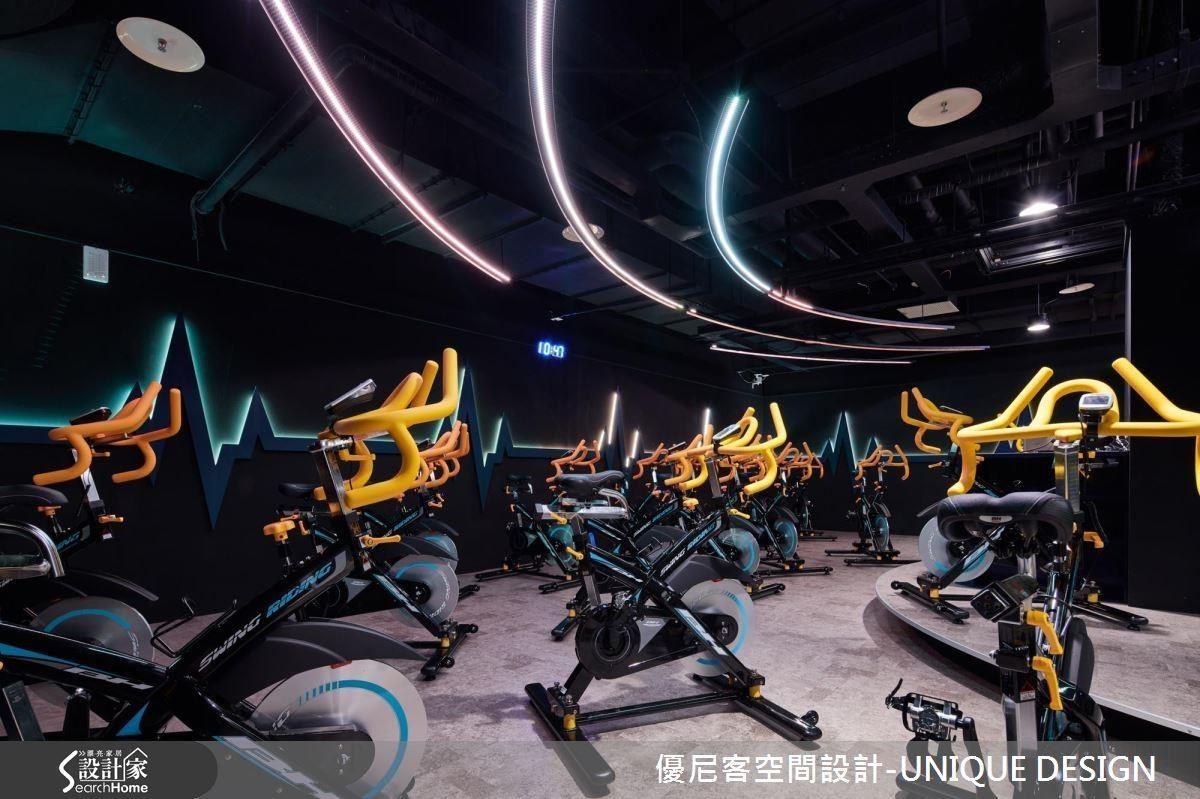飛輪室裡以天花板的黑、地坪的鐵灰色營造安定的空間感,燈光設計也經過計算,避免形成運動者的干擾。