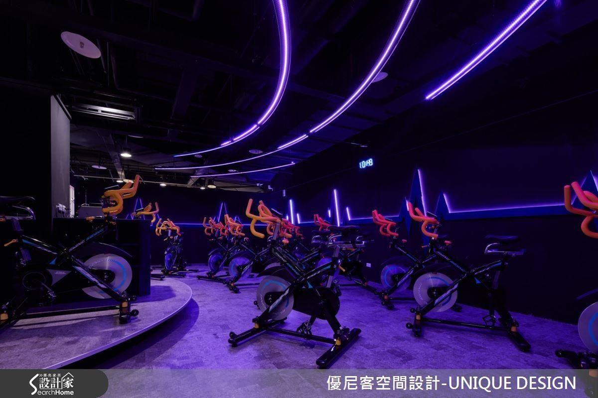 飛輪室加裝了智能燈光系統,可以隨著音樂與節奏快慢讓彩光無限變化。