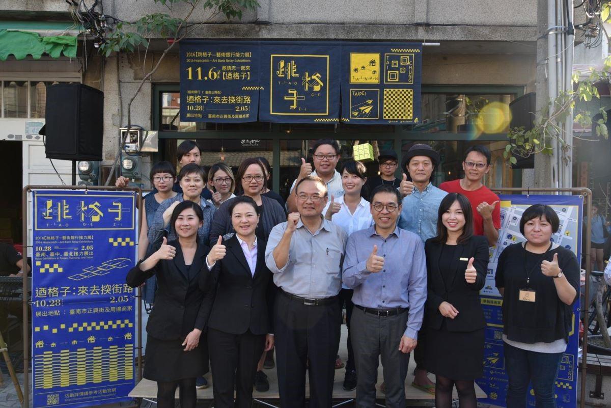 國美館館長蕭宗煌、正興街區店家、展出藝術家、貴賓大合影。