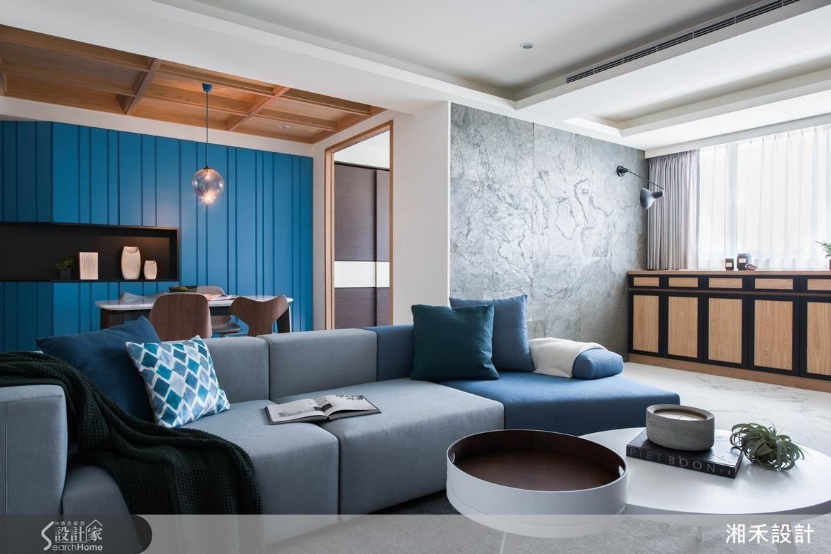 原來房屋客廳和餐廳之間有一道壓迫感十足的牆,客廳空間窄小,在打開牆面之後,不僅延展了視線,也將自然光引入室內。空間明亮了,室內感受就變更大了。