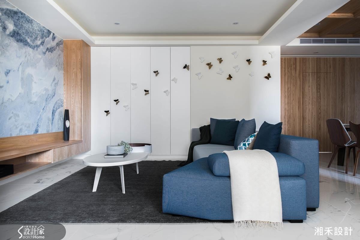 設計師以屋主喜歡的藍色,作為空間的焦點和點綴。一進來望見的是餐廳區藍色線條立面,客廳是以深淺藍色搭配的造型沙發,電視牆則是大器的藍寶石大理石。