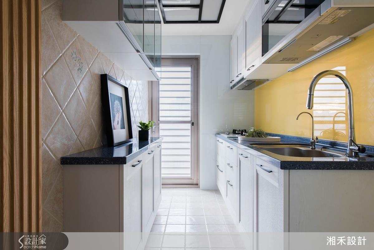 進入隱藏在木條立面的廚房,鮮豔的黃、天花幾何造型的燈和花磚,營造一個女屋主的奇幻領域。