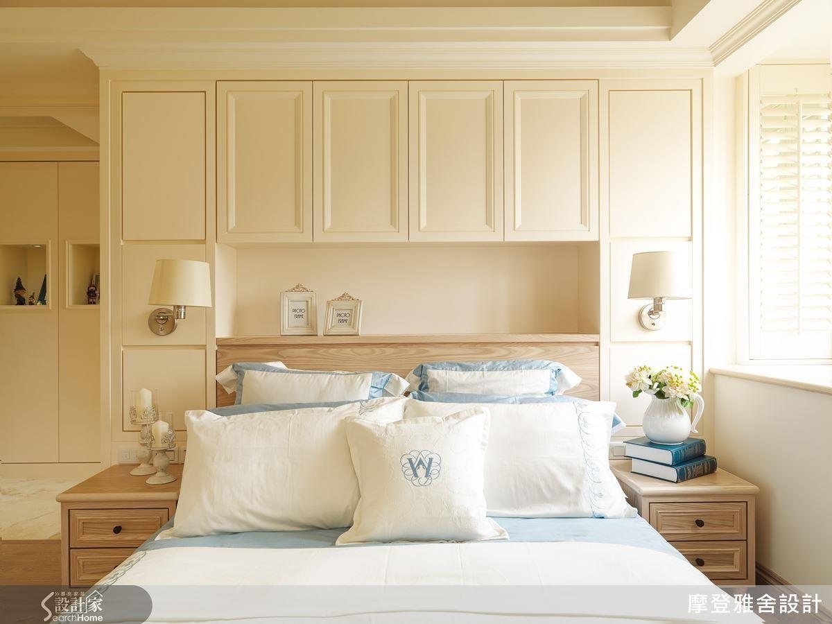 臥房樑下空間設置大面櫃牆,加上簡約線板與燈飾,就能打造滿足大型寢具的美型收納。