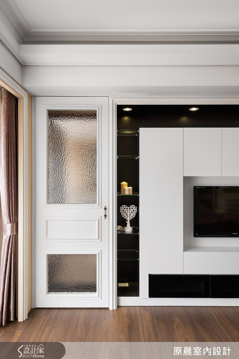 在門片、邊框、天花板上點綴線板,保留女業主喜愛的新古典元素,更添收邊的細緻感。