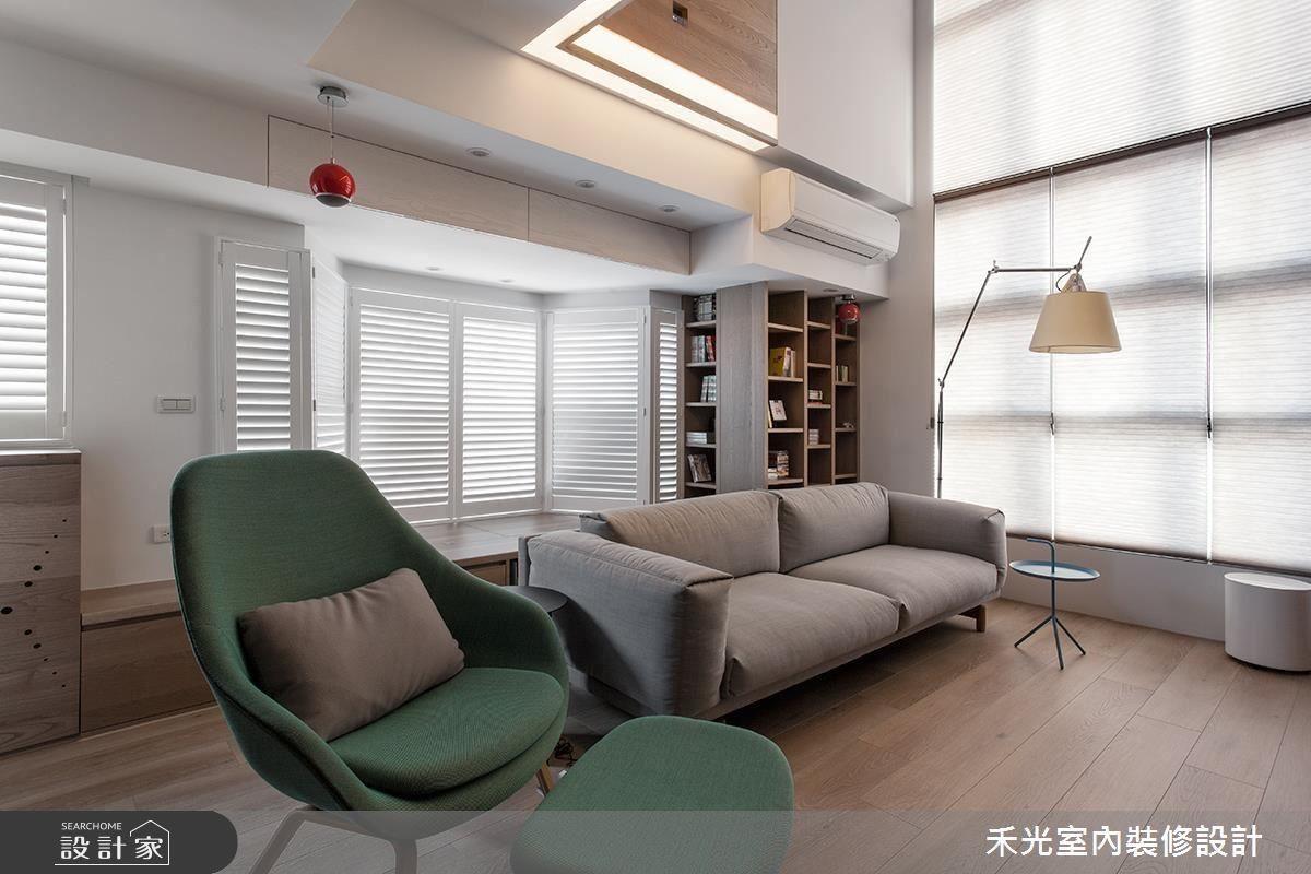 客廳上方的樓板邊緣,特地在水平、垂直兩個方向加做燈帶,柔和的光消弭了銳角的犀利,視覺上也變得更輕盈。