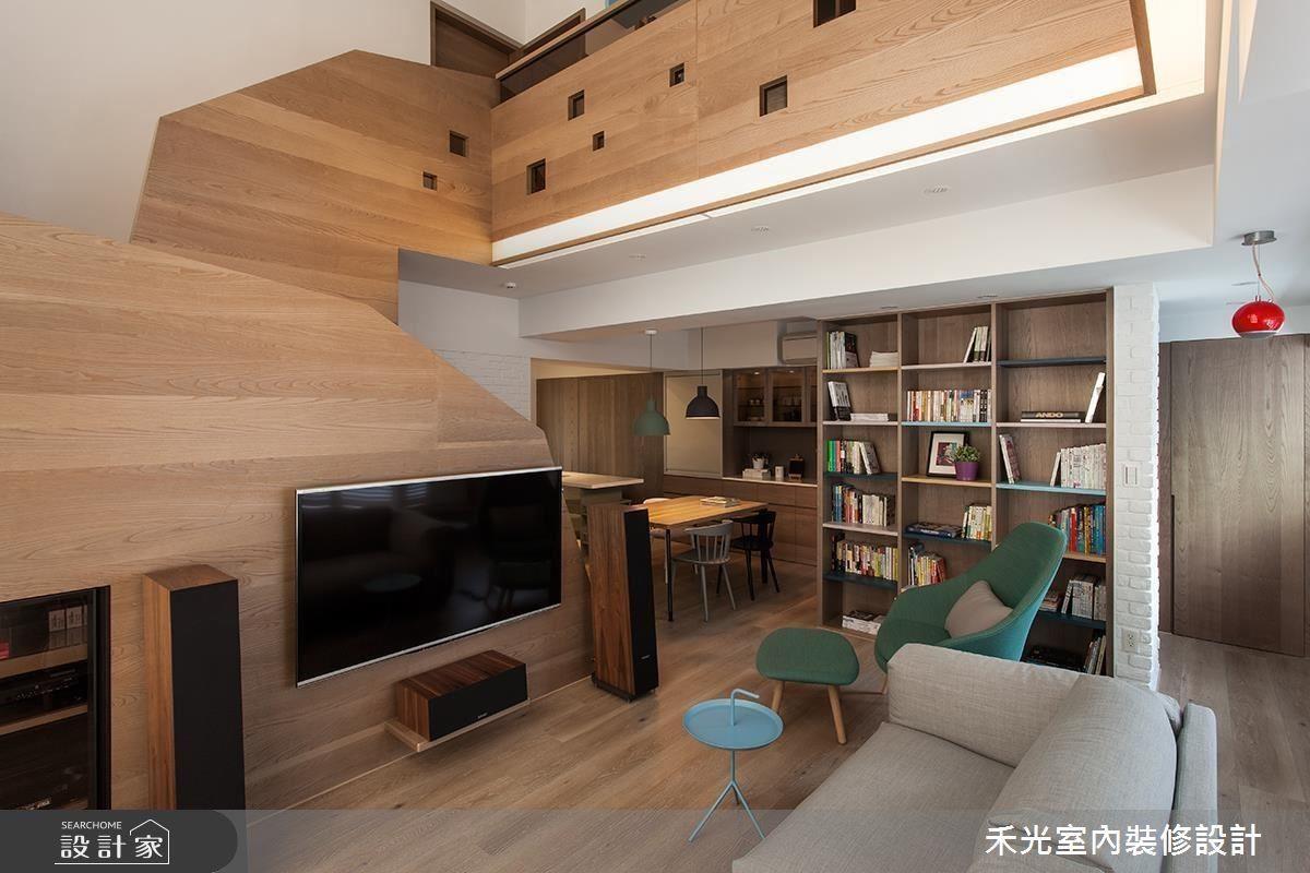 大量木質組構的公領域氣氛溫馨,電視牆與樓梯扶手相結合的創意尤其出色。