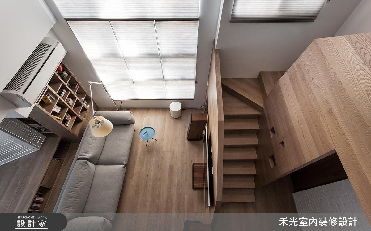 從樓上鳥瞰客廳景致,全宅流暢自由的循環動線一覽無遺。