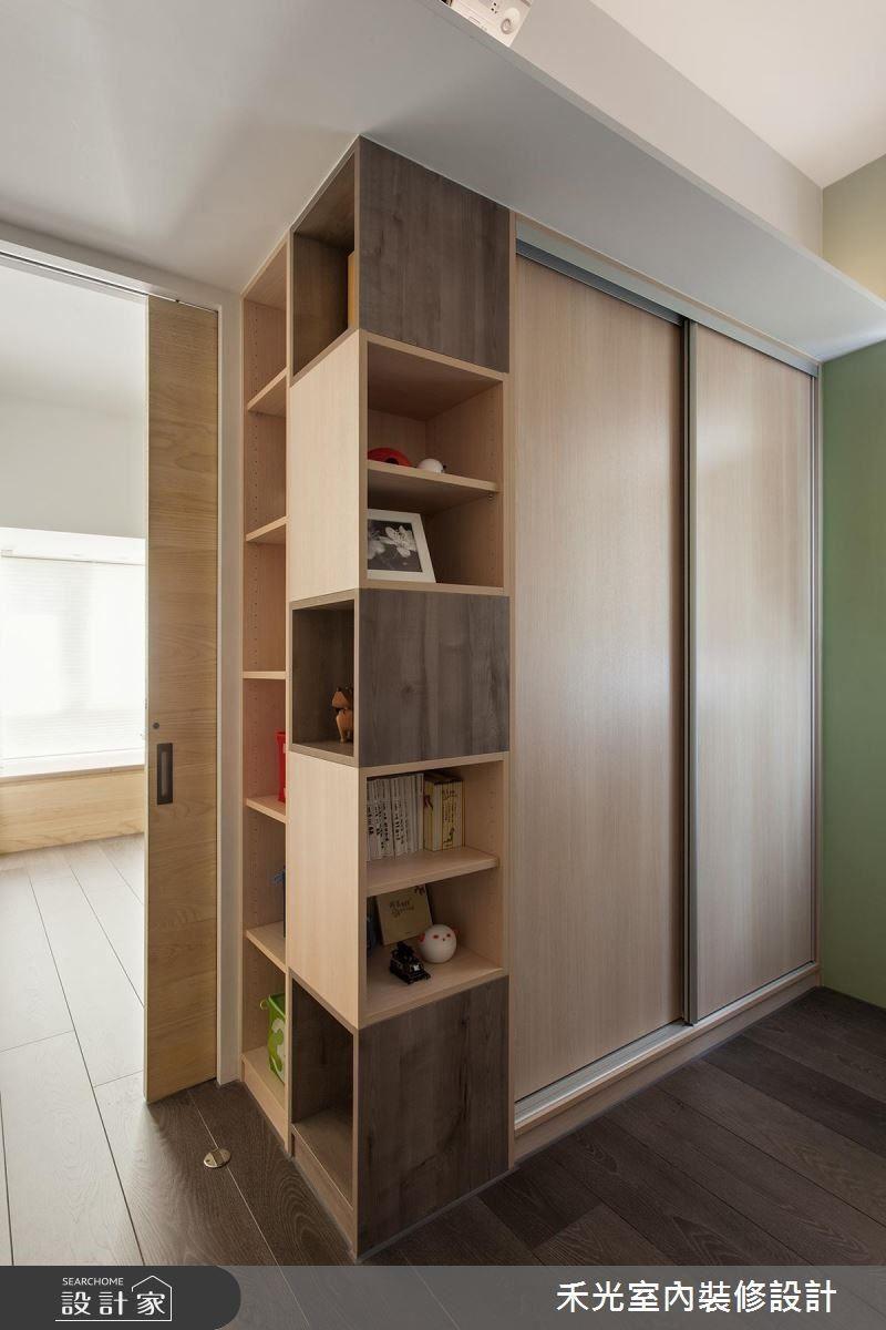 小孩房利用雙面櫃體加彈性拉門的設計,階段性安排兩個孩子共用的睡眠區與遊戲室兼書房機能。