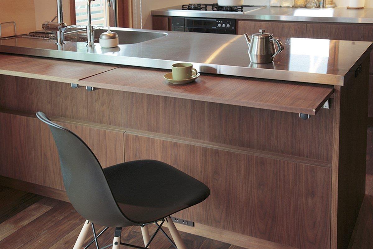把吧檯桌拉起後,可以面向著廚房喝茶與吃飯