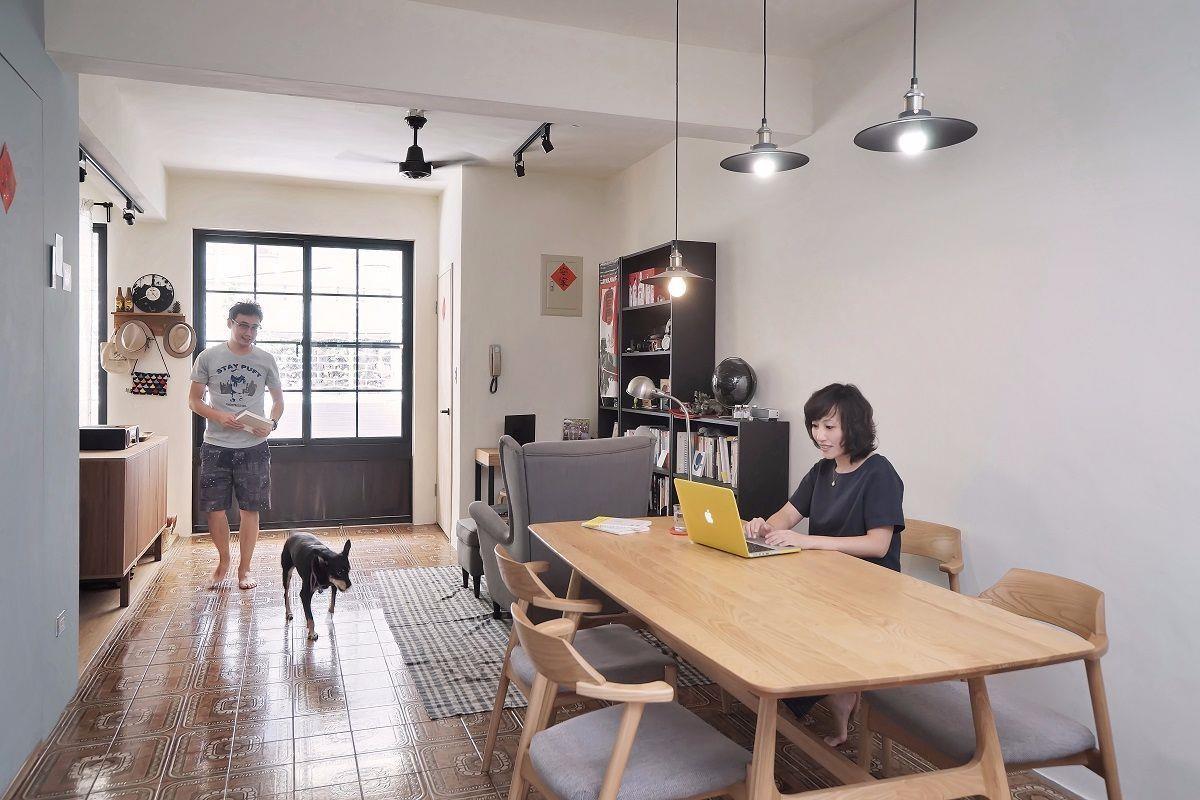 地坪材質隱形劃分場域一進門即是滿屋透亮, 開放式的客廳鋪上木地板, 閱讀空間與餐廳則留下原本美麗的復古花磚,以地坪劃分場域既連接又有效區分。
