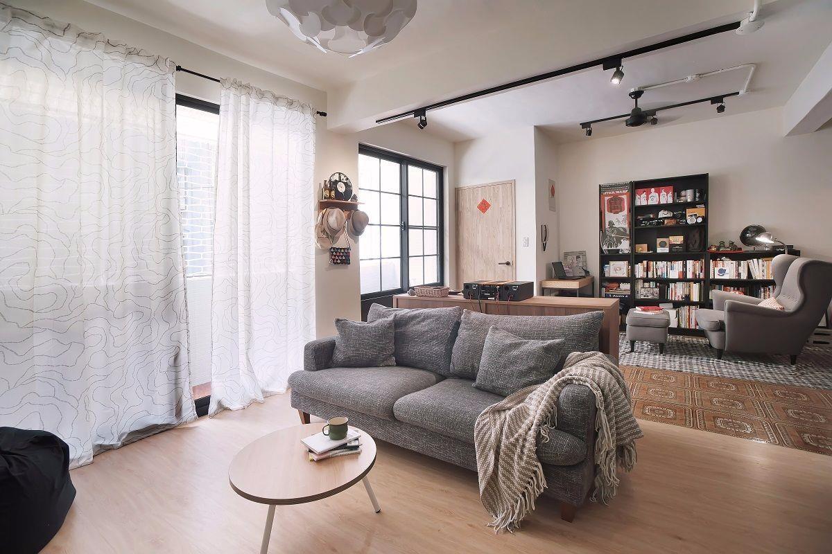 開放式設計透室明亮已經將近40 年的老公寓,原本三房兩廳的規劃不符合現在的使用需求,加上過多的隔間導致採光昏暗、動線不良,因此沈小姐搬入後決定重新裝潢,採用開放式設計,不僅透室明亮也讓空間看起來更為寬闊。