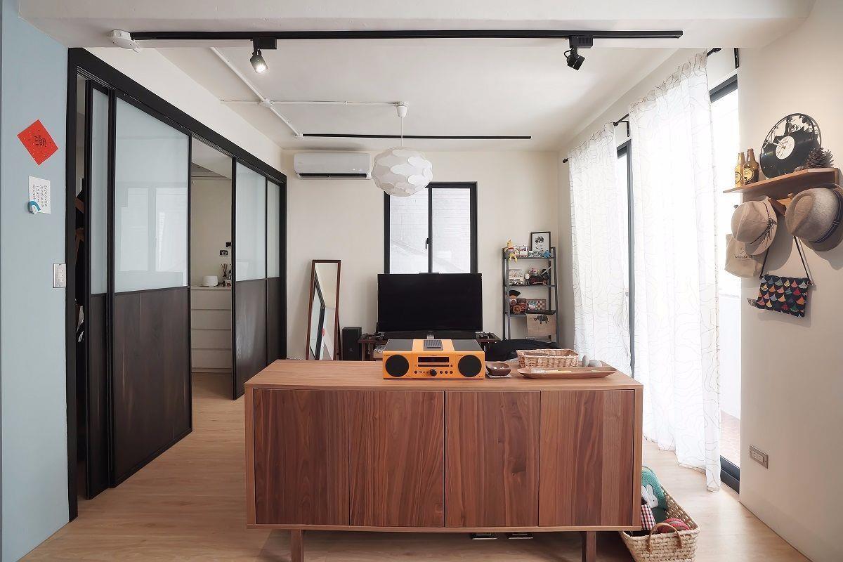 每項設計兼具多用途全室採用推拉門設計節省空間,而客廳整面採光與主臥四片拉門設計,讓光線隨時長驅直入。此外屋主更建議照明採用軌道燈,不僅讓空間更具個性,也方便增減調整。