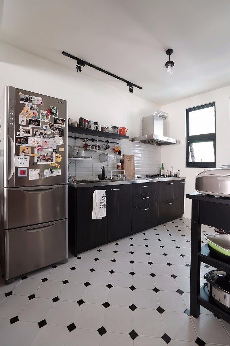 委請廠商訂購廚具,獲得優惠價格廚房是女主人的專屬小天地,廚櫃委請五金門片廠商,依照平常使用的動線與高度製作,使用上更是活動自如。而水槽使用日本Clean up 的靜音水槽,因為請認識的廠商幫忙訂購而拿到較優惠的價格。