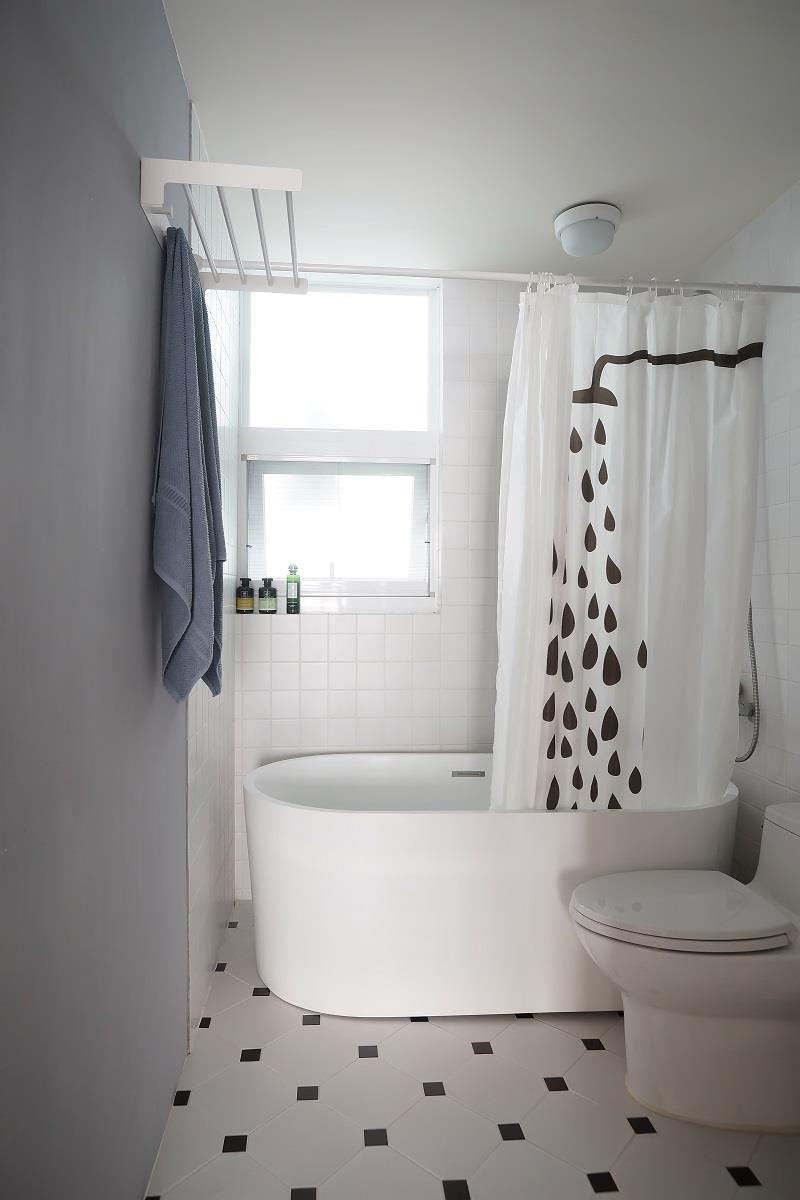 量身訂作專屬浴室以北歐清新樣貌打造的浴室空間,以局部貼上小口磚,部份漆上灰藍色變化空間不同的樣貌,並重新調整窗戶大小,且向內做約10 公分的平台,方便擺放盥洗用具。
