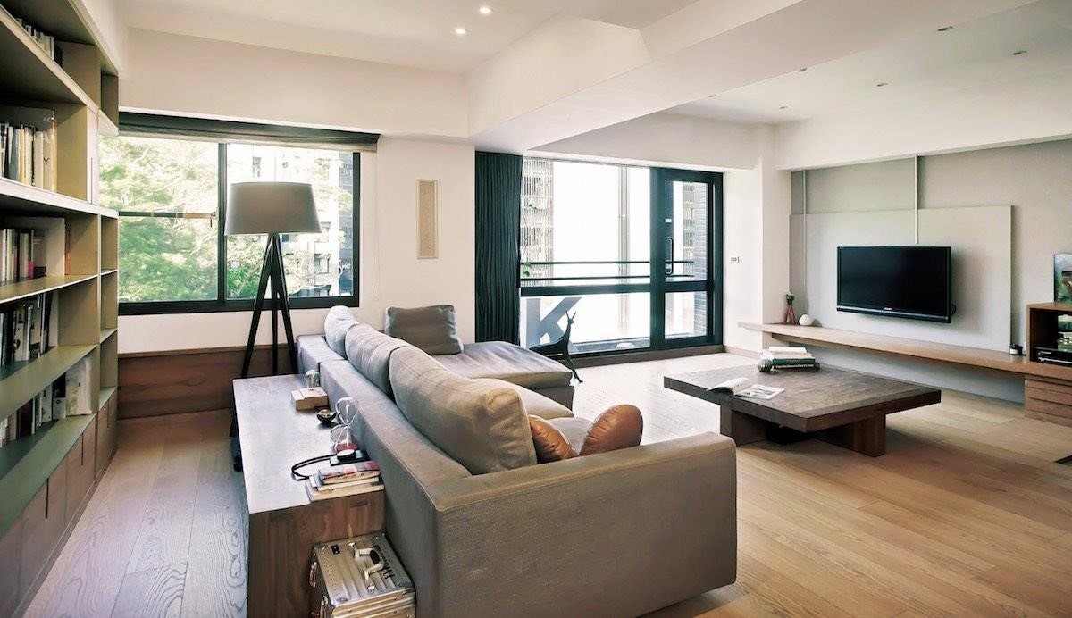 環境中少了實體牆這項介質,取而代之的是以傢具作為鋪排策略,不僅成功地將空間釋放給公共區域,而且也讓光線能滲透入室。