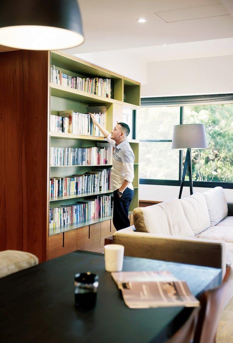 書牆與沙發之間是田定豐最愛的角落,每天早晨會先坐在這讀經,之後也想當喜歡窩在這裡選讀 最愛的讀物,或欣賞室外綠意景致。