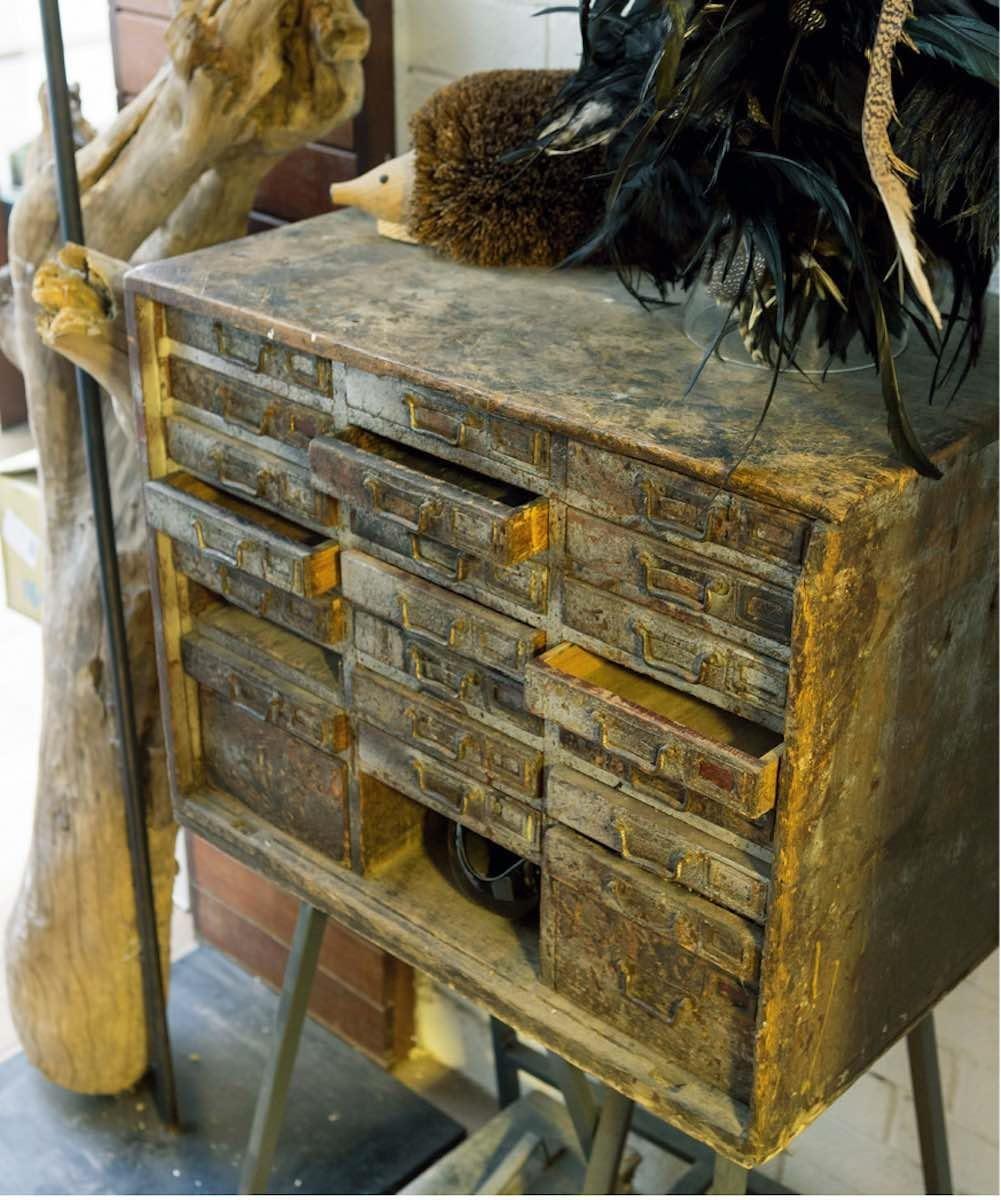 老件的另一種美。李霽所喜歡的老件傢具跟植物,都有一個共通點,那就是時間性,於是試圖將兩者融合,彼此不衝突,還撞擊出新的可能性。