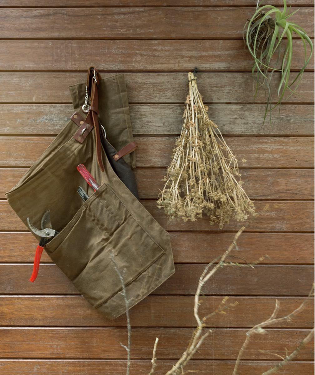 以垂吊方式呈現。呈現植物除了插在瓶子裡、擺於器皿上,還可以將一整束的乾燥植物,以垂吊方式呈現,那視覺量感,能替空間帶出不一樣的味道。