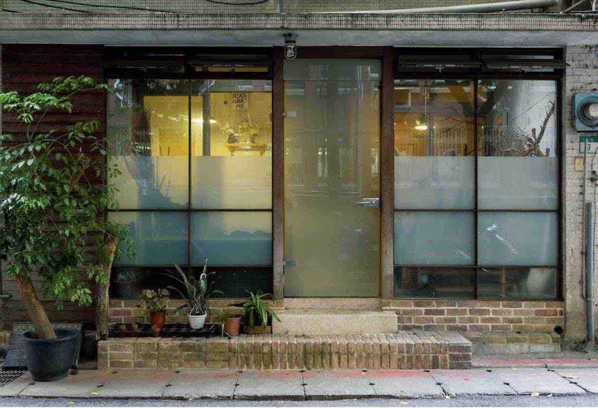 這原本是一間出版社辦公室,李霽承租下來後,改作為住家兼辦公室使用。