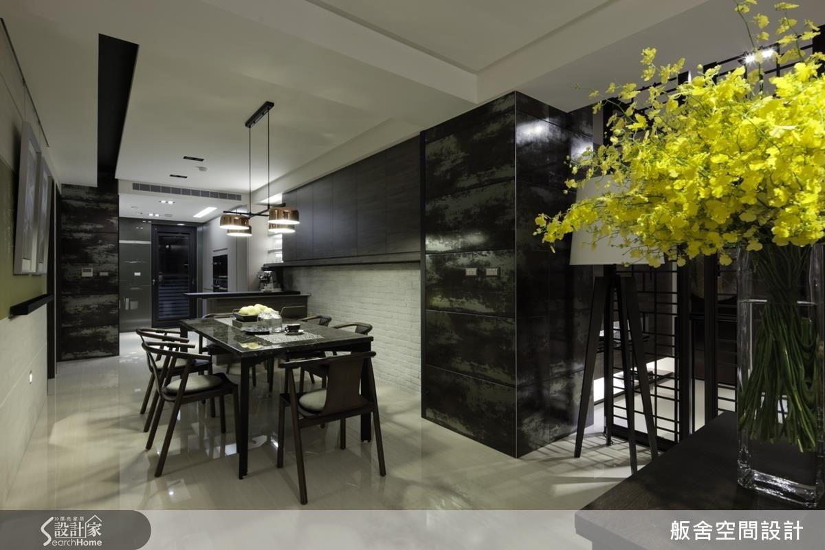 餐廚空間,文化石的中性白色,搭配個性的金屬磚,深淺交替之間,產生衝突的平衡,襯托出沉穩空間的細膩感受。