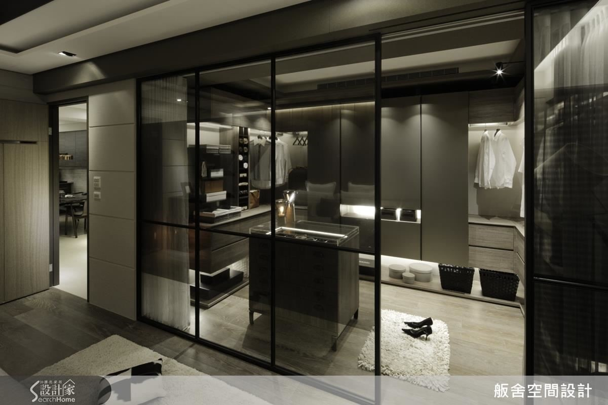 主臥房: 玻璃搭配細鐵件,穿透空間,如同精品般的更衣間。