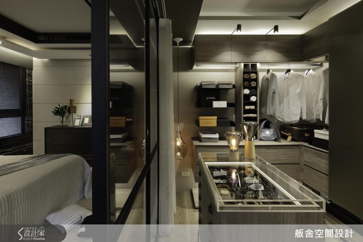 主臥房: 精品櫃中島及櫃體光帶營造精緻氛圍。