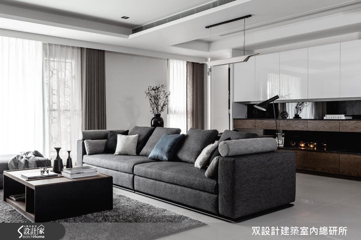 客廳的長沙發是看電視或影片的好所在。