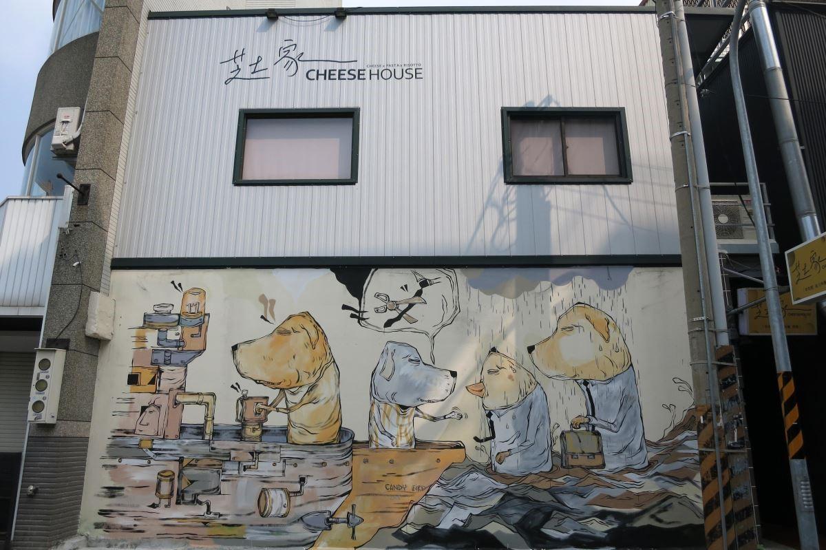 藝術銀行邀請藝術家Candy Bird於臺南正興街區芝士家的牆面塗鴉創作(或許我們都需要一艘船,離開原本的地方,到達一個新的可能。正如有些人選擇離開快節奏、沉悶的生活,移居臺南創業和生活。)
