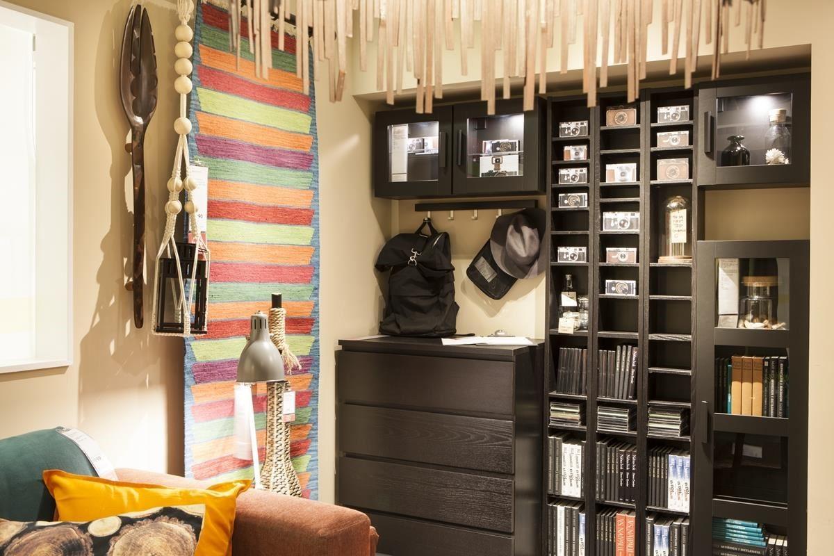 混搭開放式和隱藏式的多功能收納櫃體,整合不同大小的旅行用品,也將相機和書籍一次收納於牆面櫃體中。