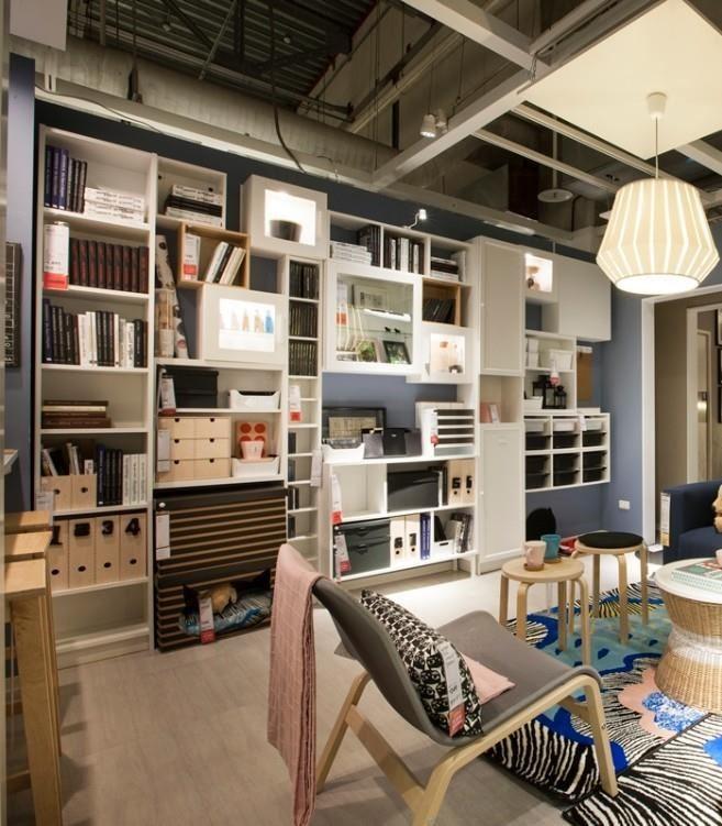 沿著牆面善用空間,混搭不同大小的櫃體,甚至在最下方櫃體處還可規劃出小狗的窩。