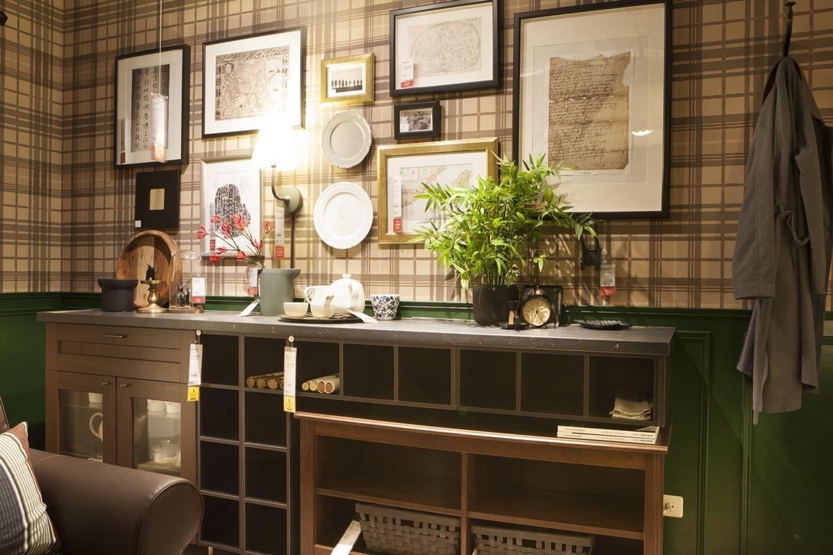 將不同的造型相框佈置於牆面,呼應著退休夫妻的書法畫作收藏品,將收藏轉為居家特色,也是親朋好友談天的最佳話題。