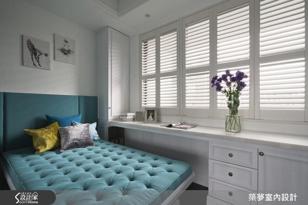 入門處一隅將空間整合為多功能室,搭配透明隔間,平時保持空間通透,有客人時,也能作為客房保有隱私。