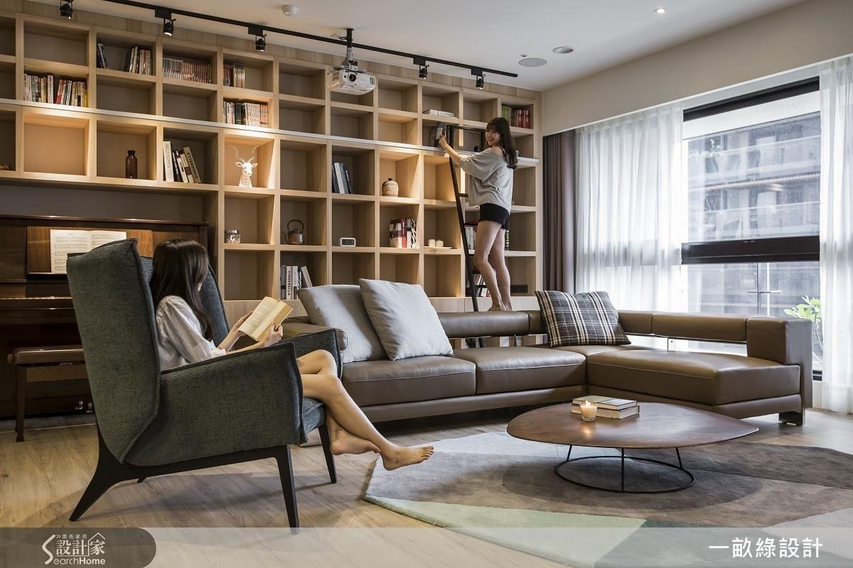 讓客廳、餐廚向空間中心整合,既有舒適的開闊感,也能完全符合屋主對於書牆及電視牆的需求。